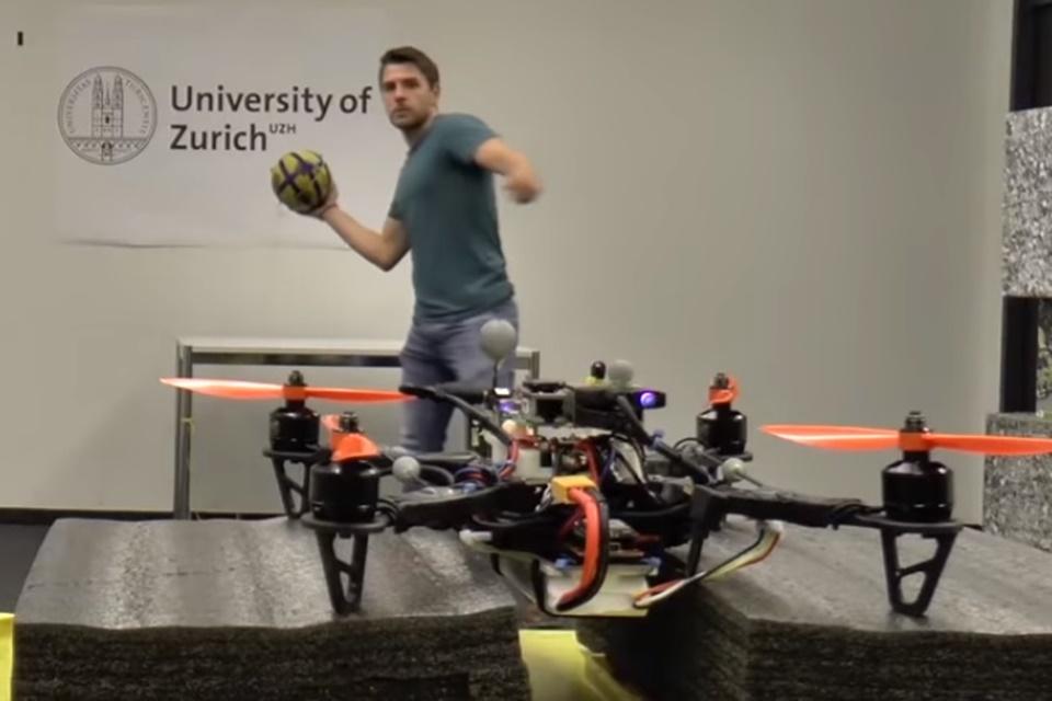 """Imagem de Cientistas treinam drones """"ninjas"""" que desviam de objetos à queima-roupa no tecmundo"""
