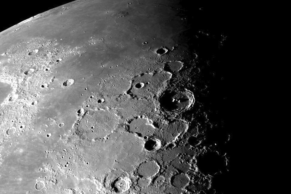 Imagem de Lua sofre abalos sísmicos e se encolhe 'como uma uva passa', aponta NASA no tecmundo
